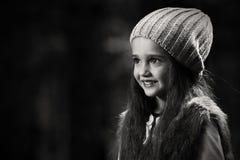 Flicka i skogen Arkivbild