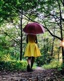 Flicka i skogen Arkivfoto