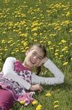 Flicka i skratta för blomningäng Royaltyfria Foton