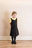 Flicka (4) i skyddsförkläde för skolalikformig royaltyfri foto