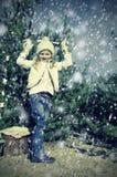 Flicka i snöig mest forrest Arkivbild