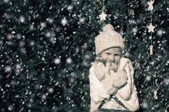 Flicka i snöig mest forrest Arkivbilder