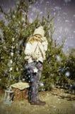 Flicka i snöig mest forrest Arkivfoton