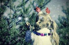 Flicka i snöig mest forrest Royaltyfri Foto