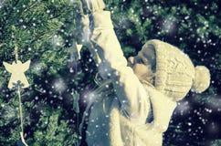 Flicka i snöig mest forrest Royaltyfria Bilder