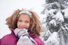 Flicka i snön arkivbild