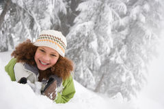 Flicka i snowen Arkivfoto