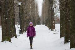Flicka i snowing gränd Royaltyfria Bilder