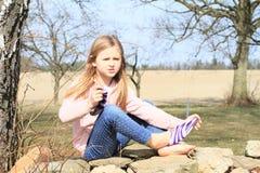 Flicka i sockor på väggen Royaltyfri Fotografi