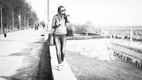 Flicka i solglasögon Arkivbilder