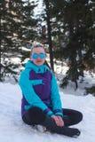 Flicka i solglasögon på en bakgrund av snö Royaltyfria Bilder