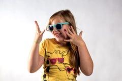 Flicka i solglasögon på en vit bakgrund royaltyfria bilder