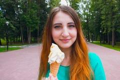 Flicka i sommardag som äter glass Arkivfoton