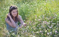 Flicka i sommarfält Arkivbild