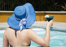 Flicka i sommarhatt i den varma bubbelpoolen (bada), Royaltyfri Fotografi