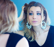 flicka i spegeln Royaltyfria Foton