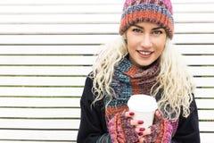 Flicka i stack halsduk och Beanie Hat med en råna i händer Arkivfoton
