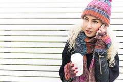 Flicka i stack halsduk och Beanie Hat med en råna i händer Royaltyfri Foto