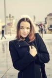Flicka i stads- stad Arkivfoton