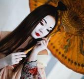 Flicka i stilen av en geisha Arkivfoto