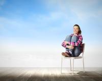 Flicka i stol Arkivfoto