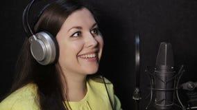 Flicka i studion som läser en text stock video