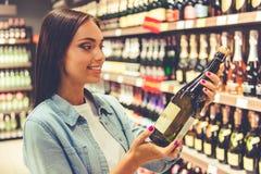 Flicka i supermarket Arkivfoton