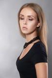 Flicka i svart klänning och halsband arkivfoton