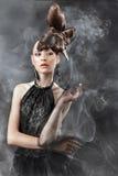Flicka i svart med en ovanlig frisyr Arkivfoto