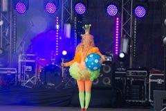Flicka i svarta bästa handlingar för hatt- och clownmakeupcirkus på etapp Ryssland Berezniki 26 kan 2019 royaltyfri fotografi