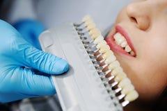 Flicka i tandläkares stol Royaltyfri Bild