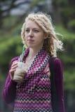 flicka i tanke med kaffe Arkivfoto