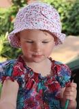 Flicka i trädgården Arkivbild