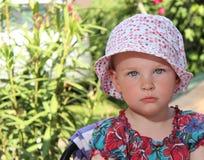Flicka i trädgården Arkivfoton