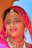Flicka i traditionellt klänningdeltagande i ökenfestivalen, Jaisal Royaltyfria Foton