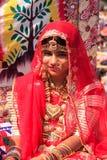 Flicka i traditionellt klänningdeltagande i ökenfestivalen, Jaisal Royaltyfri Foto