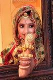Flicka i traditionellt klänningdeltagande i ökenfestivalen, Jaisal Royaltyfria Bilder