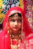 Flicka i traditionellt klänningdeltagande i ökenfestivalen, Jaisal Arkivfoto
