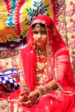 Flicka i traditionellt klänningdeltagande i ökenfestivalen, Jaisal Royaltyfri Fotografi