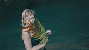 Flicka i tropisk regnskogdjungel arkivfilmer