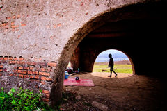 Flicka i tunnel Fotografering för Bildbyråer