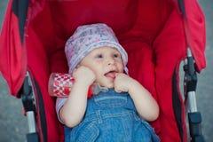 Flicka i vagnen Royaltyfri Foto