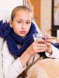 Flicka i varm halsduk som dricker från exponeringsglas Royaltyfri Fotografi