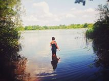 Flicka i vatten royaltyfri bild