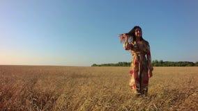 Flicka i vetefält arkivfilmer