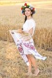 Flicka i vetefält Royaltyfri Foto