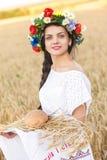 Flicka i vetefält Royaltyfria Bilder