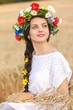 Flicka i vetefält Arkivfoto