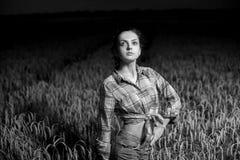 Flicka i vetefält Royaltyfri Bild