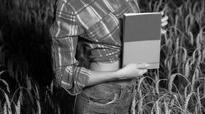 Flicka i vetefält Arkivbild